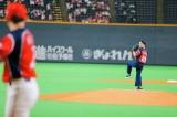 『なつぞら』夕見子役の福地桃子が札幌ドームでファーストピッチセレモニー(C)NHK