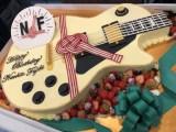 藤木直人愛用のギター、白色のレスポールをかたどったバースデーケーキ