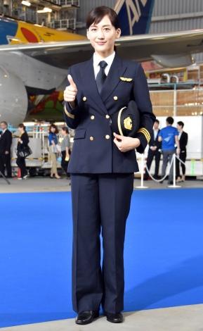 パイロットの衣装を披露した綾瀬はるか=『ANA 東京2020オリンピック・パラリンピック』開幕1年前イベント (C)ORICON NewS inc.