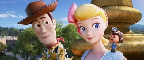 映画『トイ・ストーリー4』ボー・ピープの肩の上にいるのがギグル(C)2019 Disney/Pixar. All Rights Reserved.