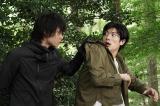 『TWO WEEKS』第2話に登場する磯村勇斗と主演の三浦春馬 (C)カンテレ