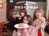 ハンバーガーショップに訪れた松井珠理奈(中)、高柳明音(右)、江籠裕奈(左) (写真は公式ブログより)