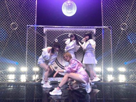 新曲「FRUSTRATION」のセンター古畑奈和(写真中央) (写真は公式ブログより)