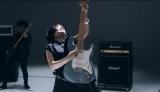 髪を振り乱しながらギターをかき鳴らすmiwa