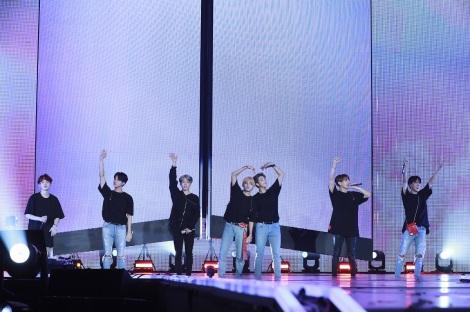 歓声に応えるBTS Photo by Big Hit Entertainment