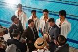 第28回(7月28日放送)より。日米対抗水上競技大会後の田畑(阿部サダヲ)らと米監督のキッパス (C)NHK