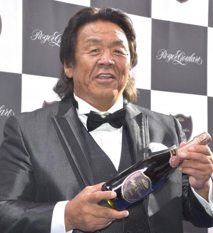 上機嫌な様子でグラスに注がれたワインを飲んでいった長州力=スパークリングワイン『ロジャーグラート』ブランドアンバサダー就任式 (C)ORICON NewS inc.