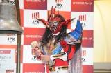東京証券取引所で上場セレモニーに参加した獣神サンダー・ライガー