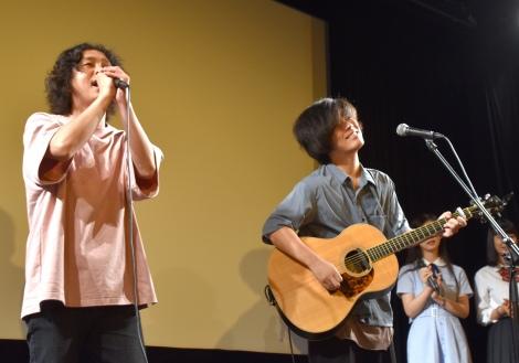 映画館での初ライブに驚く藍坊主(左から)HOZZY、田中ユウイチ=映画『私たちは、』舞台あいさつ付試写会 (C)ORICON NewS inc.