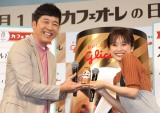 『カフェオーレの日』PRイベントに出席した(左から)あべこうじ、高橋愛夫妻 (C)ORICON NewS inc.