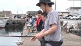 『7.2 新しい別の窓』第17回、太刀魚釣りを手伝う稲垣吾郎(C)AbemaTV