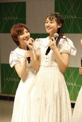 岡田奈々(左)から「大好きな人」と告白され歓喜する瀧野由美子=STU48 3rdシングル「大好きな人」発売記念イベント (C)STU