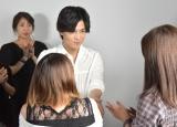 トークショーに当選したファンと握手する様子=3nd写真集『Spin』発売記念トークショー (C)ORICON NewS inc.