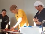 『スッキリ』夏のスペシャル企画で魚をさばく竹内涼真(C)日本テレビ