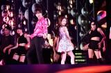 BoA(写真右)とユンホ(東方神起/写真左)はキス寸前のパフォーマンス