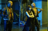 8日放送の木曜劇場『ルパンの娘』第5話に出演する(左から)本間朋晃、田中みな実、真壁刀義)(C)フジテレビ