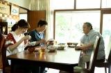 兵藤邦昭(西田敏行)と朝ごはんを食べる柚木貴志(大森南朋)、中園景(飯豊まりえ)(C)テレビ朝日