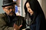 Netflixオリジナルシリーズ『全裸監督』撮影現場の模様。総監督を務める武正晴氏(左)とヒロイン恵美役を演じる、22歳の気鋭の女優・森田望智(右)