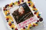 ドラマ『TWO WEEKS』の撮影現場で三浦春馬(右)のCDデビューをお祝い(C)カンテレ