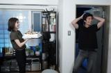 ドラマ『TWO WEEKS』の撮影現場で三浦春馬(右)のCDデビューをお祝いした芳根京子(C)カンテレ