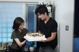 ドラマ『TWO WEEKS』の撮影現場で三浦春馬(右)のCDデビューをお祝いした芳根京子(左)(C)カンテレ