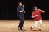 第4話(8月8日放送)で漫才を披露する冬彦(小泉孝太郎)と寅三(松下由樹)(C)テレビ東京