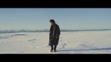 アイスランドの大雪原に佇んで歌うFukase