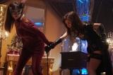 格闘アクションを披露した泥棒スーツ姿の深田恭子と田中みな実『ルパンの娘』(C)フジテレビ