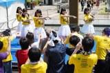 よるドラ『だから私は推しました』第3回(8月10日放送)より。ショッピングモールでライブを行うサニーサイドアップ(C)NHK