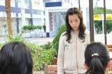 よるドラ『だから私は推しました』第3回(8月10日放送)より。同僚の菜摘(土井玲奈)と真衣(篠原真衣)にあることを打ち明ける愛(C)NHK