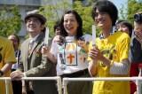 よるドラ『だから私は推しました』第3回(8月10日放送)より。ステージ上のサニーサイドアップに声援を送るオタク仲間たち(C)NHK