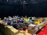 テレビ東京のスタジオに運び込まれた2軒分の家の中のモノ=8月20日放送、『家のモノ全部出して!? 3日でお家ダイエット』(C)テレビ東京