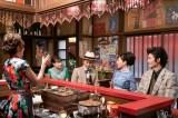 連続テレビ小説『なつぞら』第20週・第116回より。風車では亜矢美(山口智子)と茂木社長(リリー・フランキー)が話し込んでいた。そこへ咲太郎が結婚報告にやってきて…(C)NHK