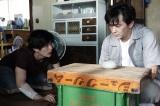 『TWO WEEKS』第5話に出演する(左から)三浦春馬、村上淳 (C)カンテレ