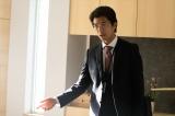 劇中では机を叩くシーンが多い伊達(仲村トオル)(C)テレビ朝日