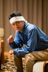 真加田のチーフアシスタント・寺師良太役の萩原聖人(C)「ミリオンジョー」製作委員会