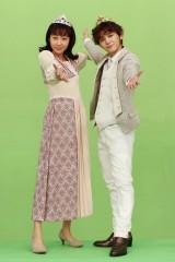 金曜ナイトドラマ『セミオトコ』第4話(8月16日放送)より。ロミオとジュリエットにふんした山田涼介と木南晴夏。山田の外国の子どもをイメージした髪型にも注目(C)テレビ朝日