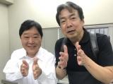 『監察医 朝顔』第6話に出演する上島竜兵(ダチョウ倶楽部)と監督 (C)フジテレビ
