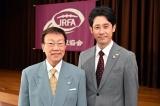 日曜劇場『ノーサイド・ゲーム』に出演する橋幸夫、大泉洋 (C)TBS