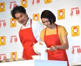 エプロン姿で簡単料理に挑戦した(左から)役所広司、二階堂ふみ=『マルちゃん正麺』新CM発表会 (C)ORICON NewS inc.
