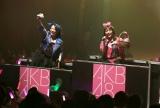 埼玉県のマスコット「コバトン」をプレゼントする地元出身(左から)向井地美音、篠崎彩奈(C)AKS