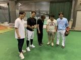 試合前に談笑する(左から)ヤナギブソン、川島慶三選手、村上ショージ、ジミー大西、甲斐拓也選手(C)SoftBank HAWKS