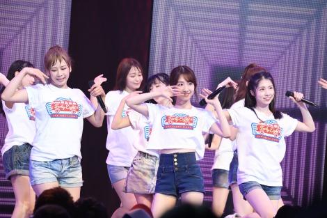 AKB48チームBが汗だくのパフォーマンス(前列左から)大家志津香、柏木由紀、岩立沙穂(C)AKS