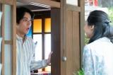坂場(中川大志)が戸を開けると…(C)NHK