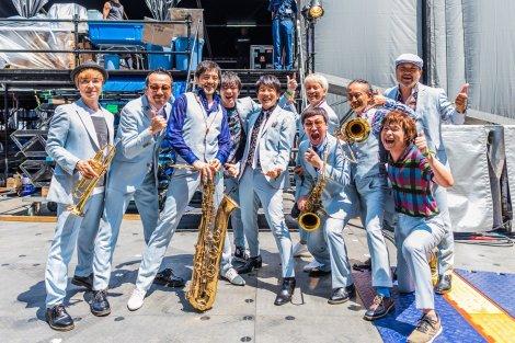 スカパラとおそろいのスーツに身を包んだ桜井和寿(中央) Photo by 勝永裕介