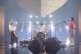 「明日も」を演奏するSHISHAMO(C)NHK