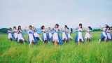 北海道の大自然を舞台に歌って踊るAKB48(C)AKS/キングレコード