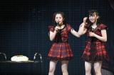 誕生日を祝福され驚く(左から)�M咲友菜、多田京加(C)AKS