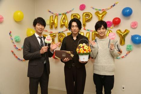 ディーン・フジオカ(中央)の誕生日を祝福した岩田剛典(右)と佐々木蔵之介(左) (C)フジテレビ