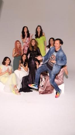 レスリー・キーと撮影をするファイナリストたち(C)Miss Universe Japan
